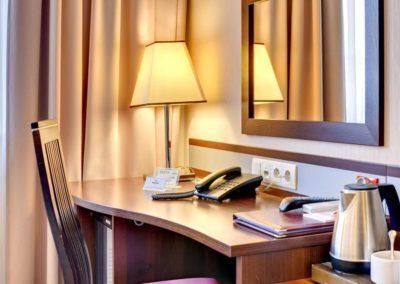 biurko w pokoju hotelowym Amber Gdańsk