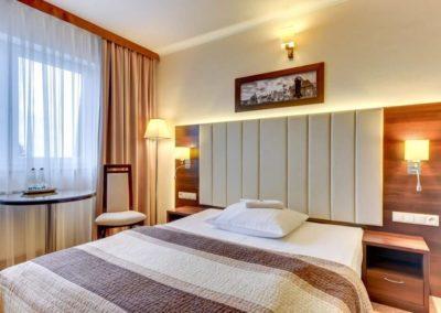 łóżko w pokoju hotelowym Amber