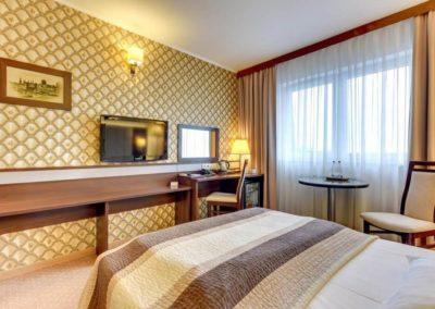łóżko i okno w hotelu Amber Gdańsk