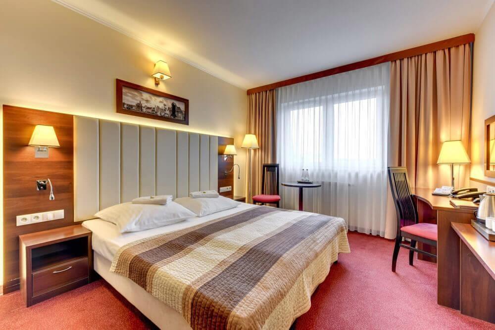 pokój hotelu Amber Gdańsk z dużym łóżkiem