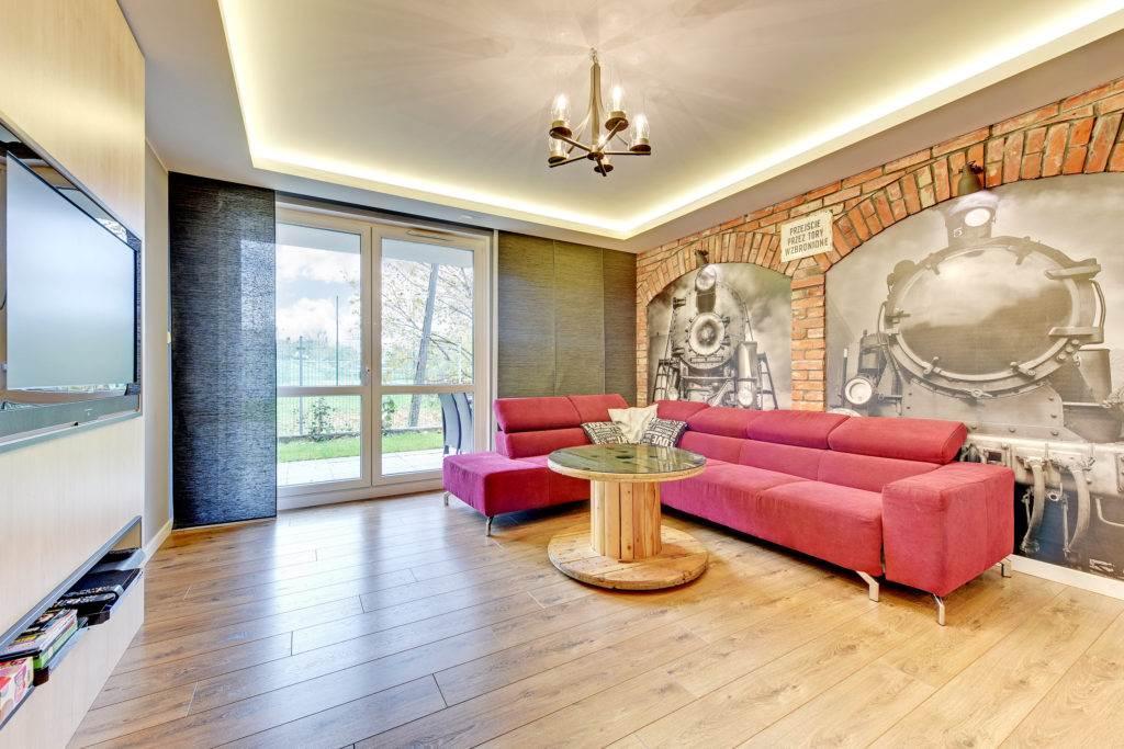apartament z różową sofą
