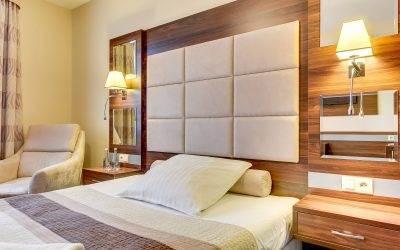 Wypoczynek nad polskim morzem – jak znaleźć idealny pokój hotelowy?