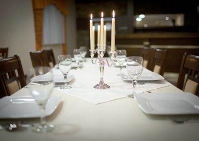 duży stół restauracyjny w Hotelu Amber